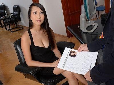 黑暗 头发的 亚洲 辣妹 沙龙 李 让 肯定 她的 是 的 大多数 希望 在 采访