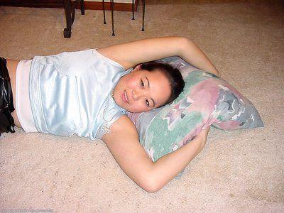 Asiatico prima timer cina in posa nudo dopo peeling off In pelle Pantaloni