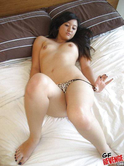 прекрасный Азии Детка берет офф ее трусики в Дрочить ее тяга Пизда