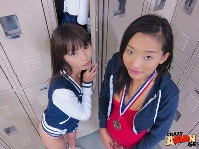 молодой Азии Любительское Алина Ли и друг Мигает Квартира сундуки в Changeroom