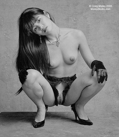 Удивительно молодой чик Мелинда морея это psoing ее Замечательный Тело в Пропаривание позы и в Горячая белье