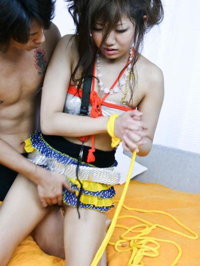 एशियाई बुत सनकी Mahiru Tsubaki हो जाता है बाध्य और गला घोट दिया और इलाज करने के लिए खिलौने & हस्तमैथुन