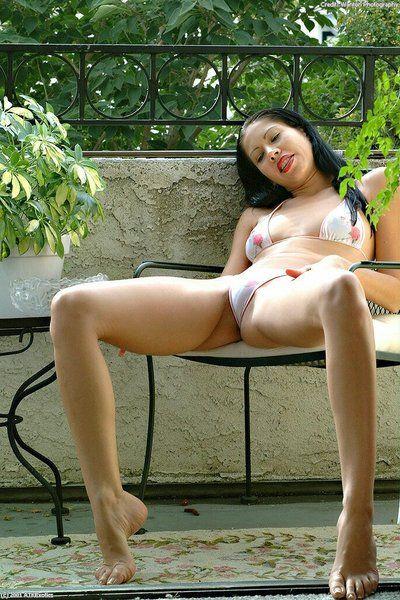 Asiatische Amateur Janet verlieren gepiercte Brustwarzen und rosa Twat aus Bikini auf deck