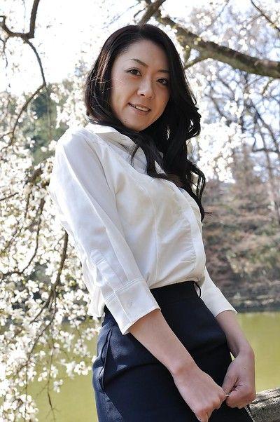 Asiatische Milf Saeko Kojima ist demonstrieren Ihr Arsch Während outdoor