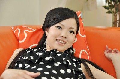 Азии подросток Мана Кикути Принимая офф ее трусики и играть с ее Секс игрушки