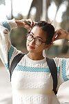 Очаровательны Азии Детка Саки Kishima демонстрации ее Удивительно кривые на открытом воздухе