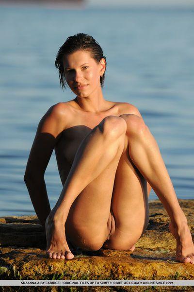 court poil adolescent Babe Suzanna Un exposer gros le sol est détrempé Typique seins à l