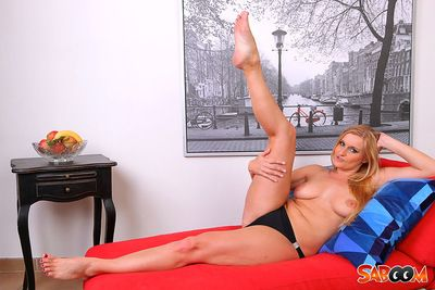 Hot blond sure knows her put up in gripping her wet cage of love