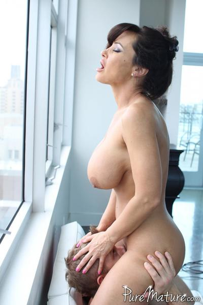 Hot curvy MILF Lisa Ann shows off her blowjob fucking expertise and takes a hardcore banging
