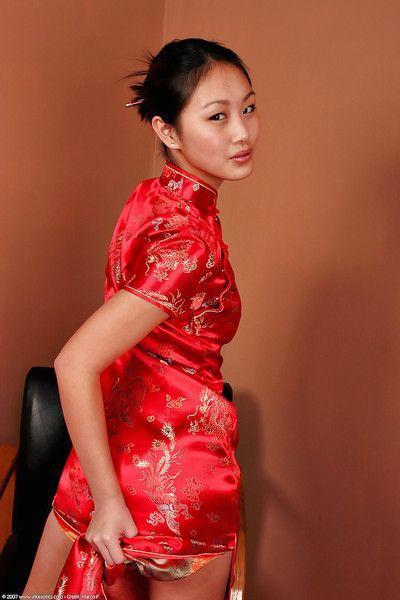 Asiatique juvénile Evelyn Lin baring accompli Chers type Petit seins et phat gazoo