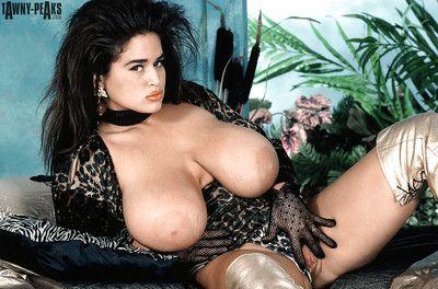 Phụ nữ da ngăm tóc Vẻ đẹp Tawny các phần unveiling khổng lồ sữa. pornstar người phụ nữ hộ chiếu trong khởi động