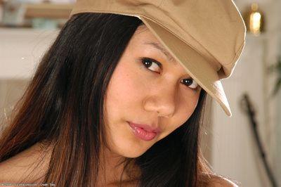 Amateur Asiatique Babe Kaya affichant minuscule seins Alors que baring Poilu Chatte