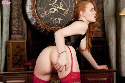 Redhead in hawt  Kloe gives surprising views of her adorable shaved slit