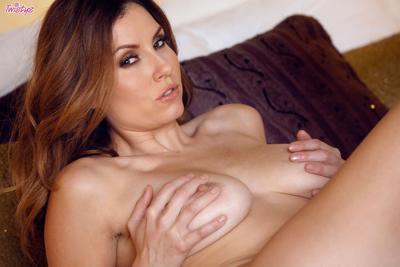 Redhead lass Jamie Lynn shows the inside of sweaty vagina and masturbates