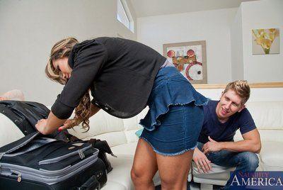 découvert Titsy modèle esperanza Gomez est sur Son genoux et Elle est dans l