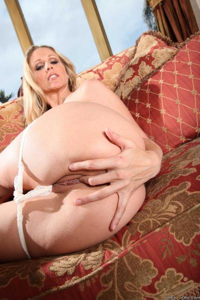 Sexy juicy titted milf Julia Ann gets her experienced shiny on top snatch poked