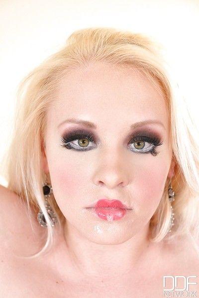 Superbe blond Fille Lola Taylor secousses off deux de dongs droite loin