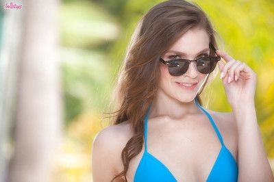 Cutie in bikini Lucy Shiloh standing outdoors and gives better fotos of her anus