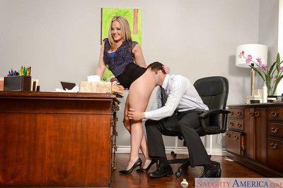 gros seins milf Alexis texas Avoir cul léché en vertu de Jupe dans bureau