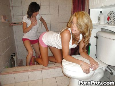 Les jeunes les reines Jenny anderson et Aiden Aspen manger chatte sur toilettes siège dans les bains