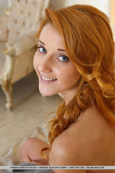 rousse Glamour ange Roberta Berti répandre lisse tête adolescent Vagin