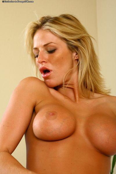 blond milf Brooke Belle Avec Énormément en forme de fabuleux énorme seins accepte hardcored par la suite oral Plaisir