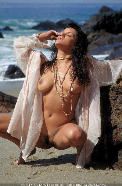 le tabagisme chaud arrondie latina Babe Monica Mendez Avec humide noir cheveux pose Nu sur l