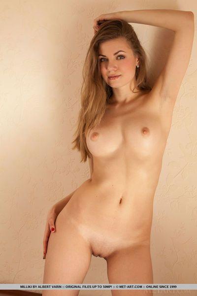 Glamour Fille milliki se défait basané sous-vêtements pour nu rasée clits & chaud Cul