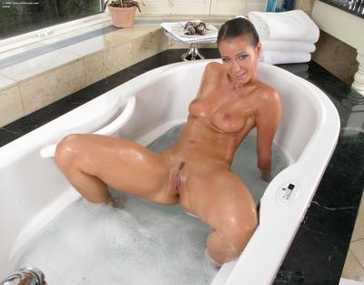 Wet round assed heartbreaker Carrie Du Four shows it all and takes a bath