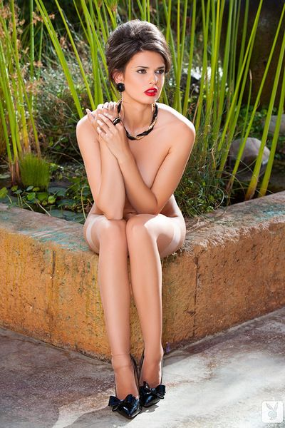 Sensual model with alluring forms Zoi gives astounding solo scene