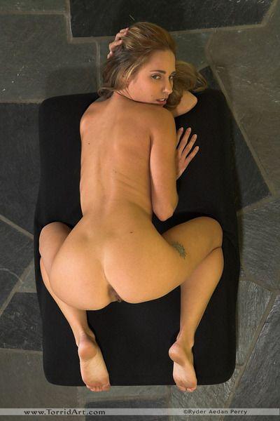 ضيق فاتنة ليندسي المروج مع صغيرة الثدي يظهر قبالة لها جميل الساقين و أنيق كس