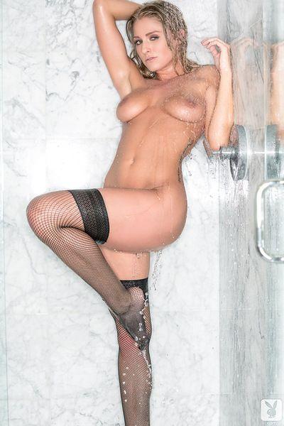 Carino traci rosi in posa nudo sotto il caldo doccia durante solo