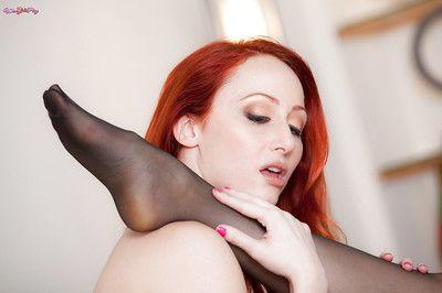 红头发的 女同性恋者 晶 克拉克 和 肯德拉 詹姆斯 具有 性爱 在 恋物癖 装束
