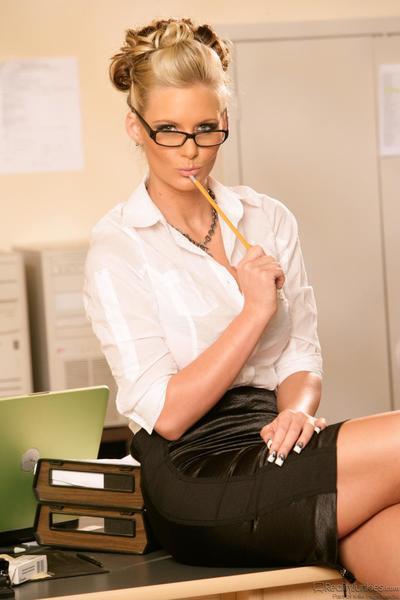 il seducente Bionda Ragazza Phoenix Marie è in il ufficio prendere in giro Con Downblouse e sexy upskirt
