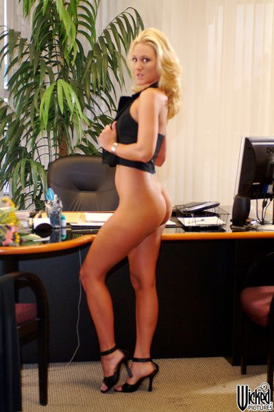 The blonde babe Alana Evans is in the office demonstrating the nude body