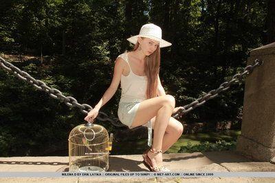 الحسية اليورو في سن المراهقة ميلينا D يحب عرض قبالة لها ضيق نحيل الجسم
