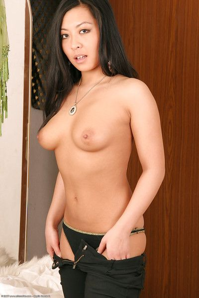 Hot Latina amateur Courtney flaunting nice melons up close