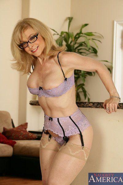 haut sur pattes blonde milf Nina Hartley dans lunettes pose dans lingerie alors prend soins de D
