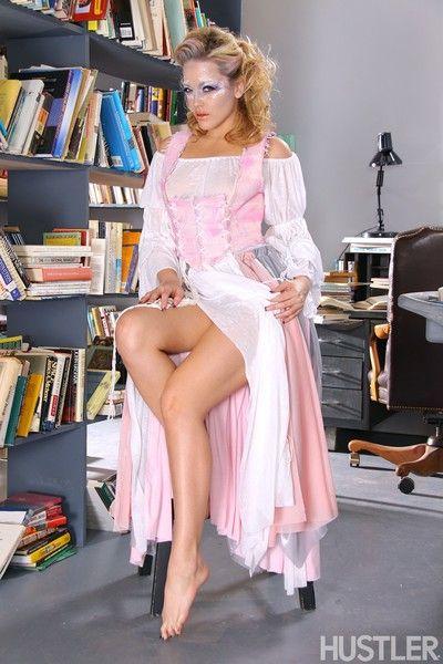 सेक्सी सुनहरे बालों वाली एलेक्सिस टेक्सास में लंबे समय पोशाक से पता चलता है बंद उसके सेक्सी नंगे गांड और चूत
