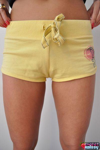 स्पोर्टी काले बाल वाली बेब मिठाई Krissy में पीले शॉर्ट्स चमक उसके विशाल titties