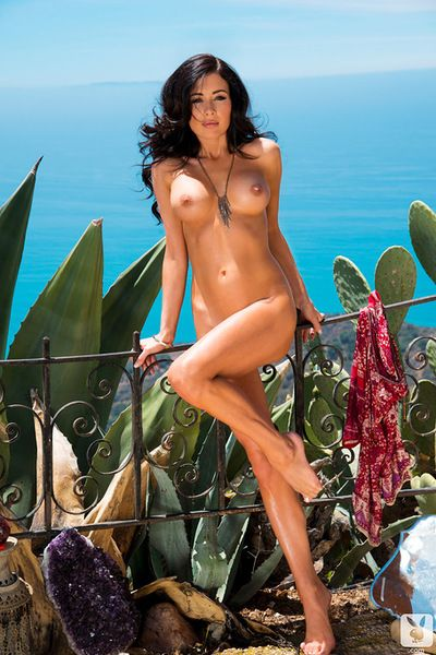 Amazing brunette showing her nude forms in staggering outdoor solo session