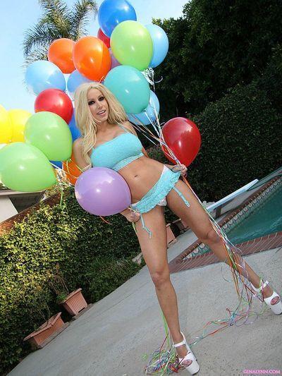 सुनहरे बालों वाली पॉर्न स्टार जीना लिन के साथ विशाल स्तन और मुंडा चूत बन गया नग्न के साथ गुब्बारे
