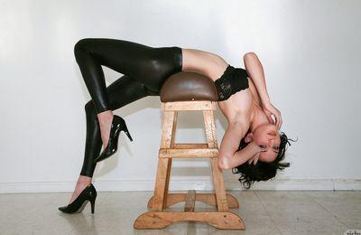 काले बाल वाली सौंदर्य पसंद करता है प्रस्तुत में उसके चमड़ा पैंट जबकि undulating और चिढ़ा