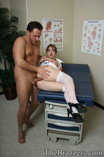 照顾 医生 阳光明媚的 车道 在 均匀 和 白色 丝袜 获取 撞 通过 她的 患者