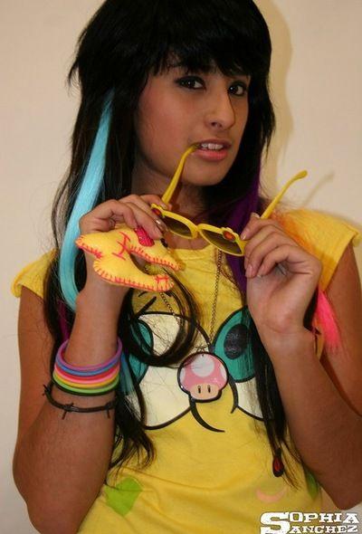 bunte outfit auf hot jugendlich Modell Sophia sanchez hängen aus in Socken und Höschen