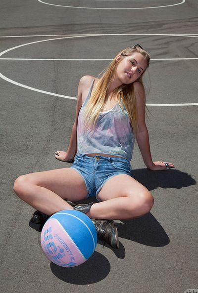 junge Holly Benson sieht Herrliche posing in Ihr hot Dessous auch als outdoor solo