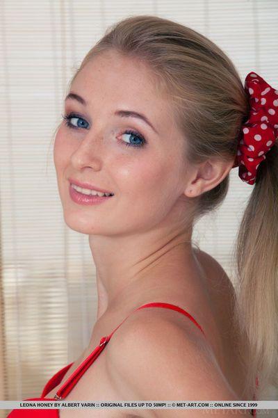 Blond glamour babe Leona Honey loosing petite teen zeppelins from brassiere
