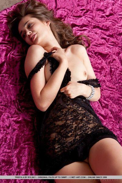 Euro weiblich Trista ein anzeigen Rasiert Fotze obwohl Modellierung für Vintage Akte