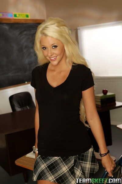 Schön Blonde Courtney taylor Streifen in die Klassenzimmer zu Teil snatch Lippen