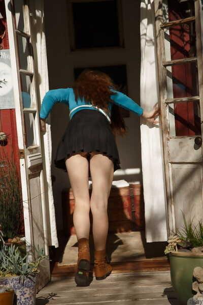 الساحرة تبحث صديقة ومضات لها أكبر الحليب علب & يحصل جردت في A منعزل المقصورة